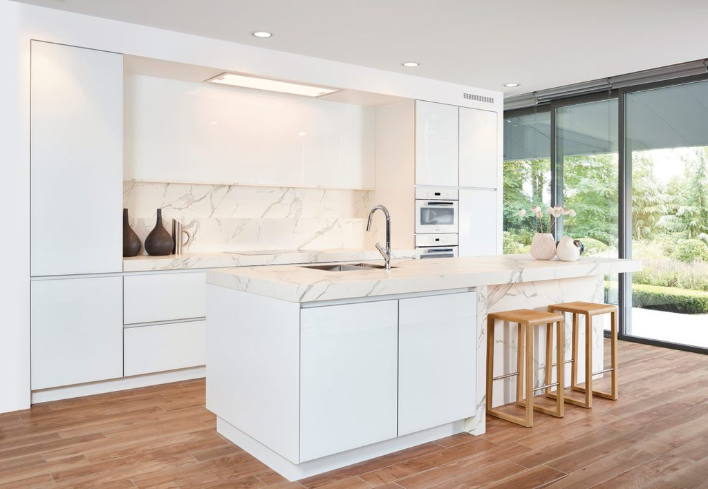 Witte moderne hoogglans keuken